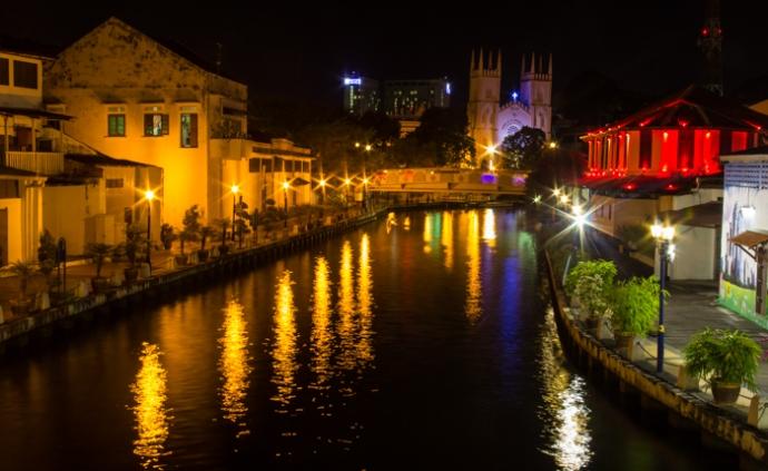 Melacca Riverside by night.