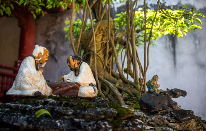 A bonsai and a miniature scene of Confucius' life